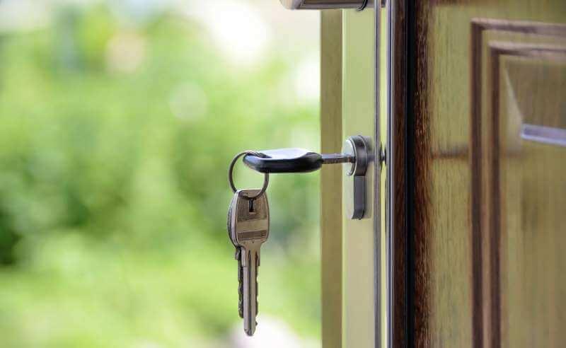 Klucz w zamku w drzwiach
